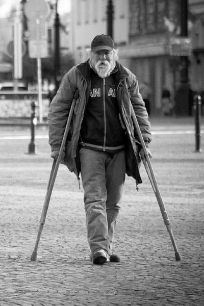 okazywanie szacunku bezdomnemu
